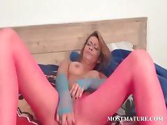 Sexy mature masturbates her lusty cunt